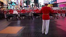 海兵隊ドラム・ビューグル隊と儀じょう隊によるパフォーマンス