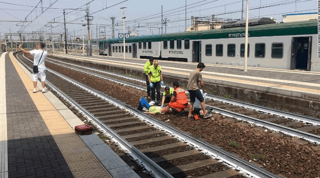 重症の女性を背景に自撮り、男性の行為に非難噴出 イタリア