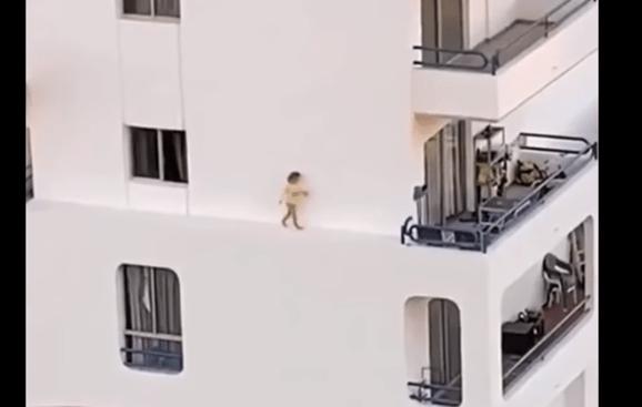 怖~い!!外壁を歩く子供の動画が・・・